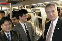 2001年ごろ、川重が製造した米国の地下鉄車両に乗る金花社長(中央左)