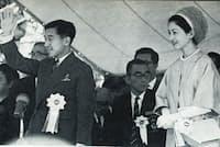 東京パラリンピックの貴賓席で入場行進に応える皇太子夫妻(日本障がい者スポーツ協会提供)