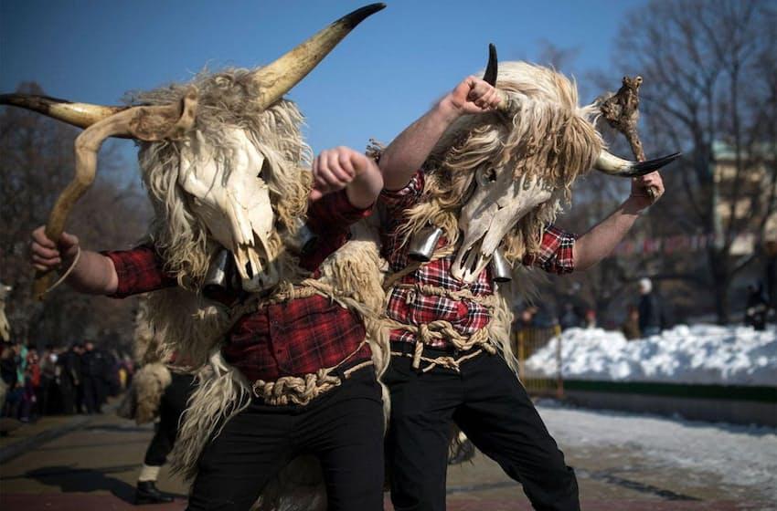 毛皮や角など、動物の体の一部を用いた伝統衣装。パフォーマーたちはベルを鳴らしながら街を練り歩く(PHOTOGRAPH BY DAN KITWOOD, GETTY)
