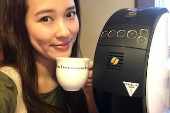 奈津子さんとネスカフェ ゴールドブレンド バリスタ50。「旧モデルに比べて横幅がスリムになり、ボタン操作がしやすくなったそうです」