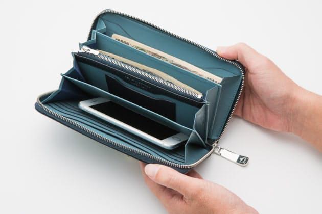 836b1ec3494b 札もカードも小銭もたっぷり収納できる。スマホやパスポートも入る大判サイズで、クラッチバッグ感覚で使うことも可能. この財布 ...