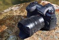 パナソニックが2018年1月25日に発売する高性能ミラーレス一眼「LUMIX DC-G9」。愛称は「LUMIX G9 PRO」となる。実売価格は、ボディー単体モデルが21万円前後、写真の標準ズームレンズが付属する標準ズームライカDGレンズキットが29万円前後