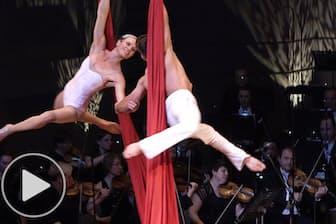 「オーケストラ×サーカス」驚きの舞台 シルク・ドゥラ・シンフォニー