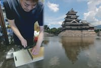 信州松本に思いをはせながら?そばを切る談笑師匠。右は松本城