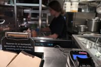 スウェーデン・ストックホルムで訪れたラーメン店は現金による支払いができなかった。カウンターには「我々はカードとSwishを受け付けています」との説明書きが