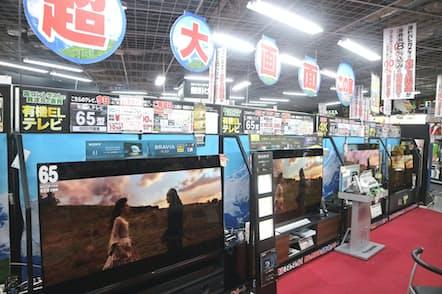 家電量販店では有機ELテレビの販売に力が入る(東京・千代田区のヨドバシカメラマルチメディアAkiba)