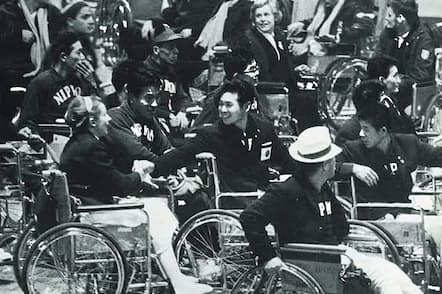 東京パラリンピックの閉会式で名残を惜しむ選手たち(日本障がい者スポーツ協会提供)