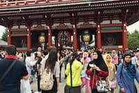 訪日客でにぎわう浅草寺(東京都台東区)