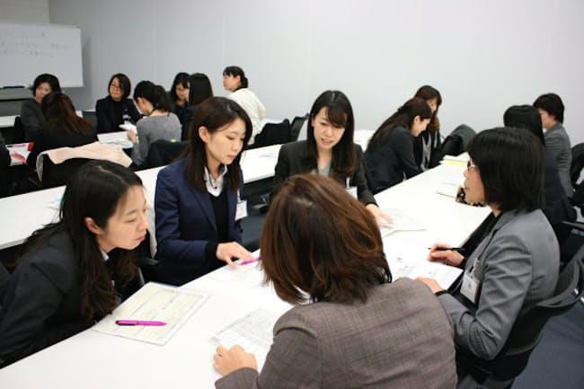 キャリア・チャレンジ制度に参加した明治安田生命保険の女性社員。他部署での勤務経験で得た気づきを共有し合う