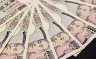 高齢化に伴い医療や年金など社会保障費の拡大に歯止めがかからず、日本の政府債務はGDPの2倍を超す