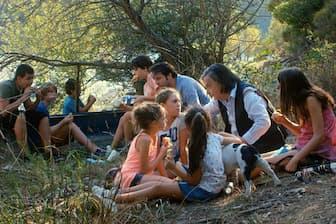 「ライオンは今夜死ぬ」のレオー(右から2人目)と映画教室の子供たち(C)2017-FILM-IN-EVOLUTION-LES PRODUCTIONS BAL THAZAR-BITTERS END