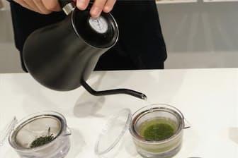 「煎茶堂東京」では、コーヒーのようなケトルとオリジナルの透明急須でシングルオリジン緑茶の試飲ができる。透明急須は茶葉が広がり、色が出る様子がわかりやすく、目でも楽しめる