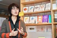 韓国の小説が並ぶブックカフェを運営する金承福氏(東京都千代田区)