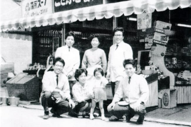 4号店まで兄弟それぞれが店長を務めた(前列右端が本人)