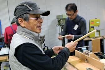 ボランティアらが自助具を手作りで製作する(京都市)