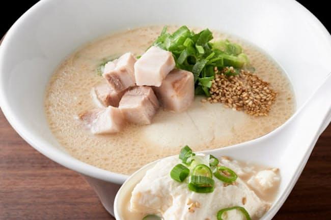 「一風堂 白丸とんこつ豆腐」(税込み790円)は18時間の調理と丸1日の熟成を経た濃厚なとんこつスープに、麺ではなく1丁分(250g)の豆腐を入れている
