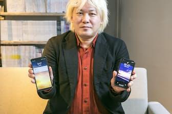 いつもiPhone X(右)とGalaxy Note8を持ち歩いている津田大介氏。2台を使い比べることでわかった違いは何か