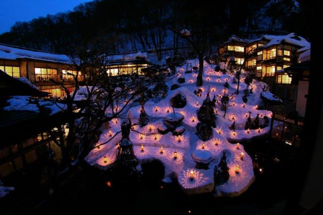 会津東山温泉「向瀧」の中庭、回遊式日本庭園を彩る「雪見ろうそく」(写真:向瀧)
