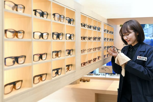 眼鏡専門店「JINS渋谷店」(東京・渋谷)=岡村享則撮影