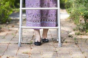 痛みをうまく伝えられない認知症高齢者を、周囲の人はどうケアすればいいだろう。写真はイメージ=(c)Akhararat Wathanasing-123rf