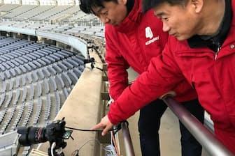 サッカーE―1選手権では4Dリプレイのシステムが採用された(同社の鄭社長=左=と申副社長、味の素スタジアム)