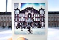 同じ場所で撮ったチェキの写真をうまく配置する「フォトインフォト」。現実世界と写真が重なる不思議な感覚が話題を集める