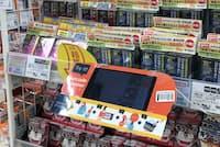 サッポロドラッグストアーの商品棚。毎週100万件弱に上る中国人の口コミ分析などを品ぞろえに生かす。手前が商品説明を多言語で表示するタブレット型翻訳機