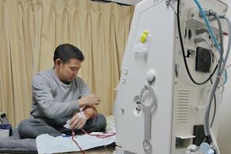 就寝前に自宅で血液透析の準備をする永田さん(相模原市内)
