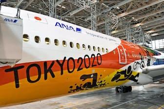 2020年東京五輪・パラリンピックを記念し特別塗装された全日空機=1月28日午後、羽田空港
