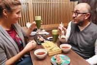 黒毛和牛のステーキ天と抹茶ビールを楽しむ訪日外国人(京都市中京区の「勝天」)
