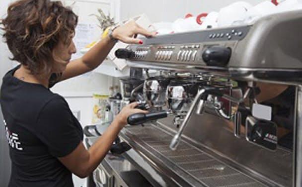 イタリアのバルは店員がバリスタからサービスまで全部1人でやりたがるため待ち時間が長い