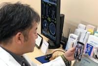 テレビ通話で患者を診察するMRTの「ポケットドクター」(神奈川県海老名市)