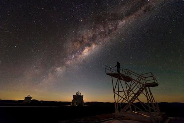 チリのアタカマ砂漠にあるセロパラナル天文台から見る天の川。(PHOTOGRAPH BY BABAK TAFRESHI, NATIONAL GEOGRAPHIC CREATIVE)