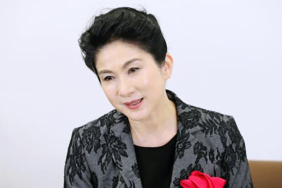 「茂登山さんの社長室はまるで美術館かと思うような美しい品であふれていました」と話す女優、真野響子さん