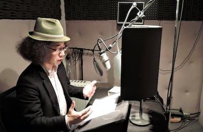 オーディオブックの収録で朗読する声優(東京都世田谷区)