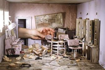 竜巻にでも襲われたのか、めちゃくちゃに壊れた美容院の店内。そこに、椅子の置き場所を変えようと、ガーバーの手が入ってきた。ミニチュアがいかに小さいかがわかる(Miniature and Photography by Lori Nix and Kathleen Gerber)