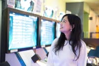 趣味と仕事を両立する「ゲーセン女子」のおくむらなつこさん=写真/品田裕美(nikkei WOMAN Onlineより)