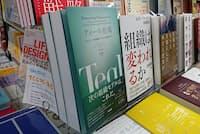 ビジネス書のメイン平台の目立つ場所で面陳列する(青山ブックセンター本店)