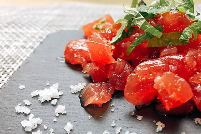 沖縄伝統の製法で作った「浜比嘉塩」を使ったマグロのごま塩あえ