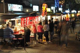 「日本食」人気に伴って外国人観光客の姿が増えている福岡の屋台(写真:japan-guide.com)
