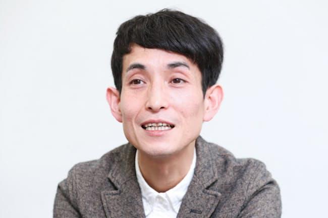 1977年東京都生まれ。97年、高校時代の同級生とお笑いコンビ「カラテカ」を結成。2017年、初めての漫画「大家さんと僕」を出版し20万部を超えるヒットに。父は絵本作家、やべみつのりさん