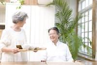 肥満は寿命を縮める要因になるので、60代くらいまでは食べ過ぎに注意すべき。ただし、70代以降はしっかり食べて筋肉や骨を維持することが大切になる。写真はイメージ=(c)PaylessImages-123rf