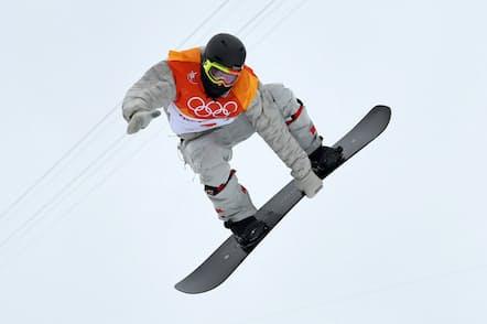 選手の膝下にオメガのセンサーが巻かれている(2月14日の平昌五輪・男子スノーボードハーフパイプ決勝)=ロイター