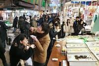 近江町市場(金沢市)ではカニやウニ、ホタテをその場で食べられる