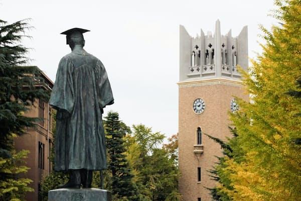 早稲田大学は受験前に申請し採用が決まる「予約型」の奨学金で先行した(東京都新宿区)
