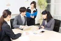 同じチームで働きながら、雇用形態はいろいろ…=PIXTA(nikkei WOMAN Onlineより)