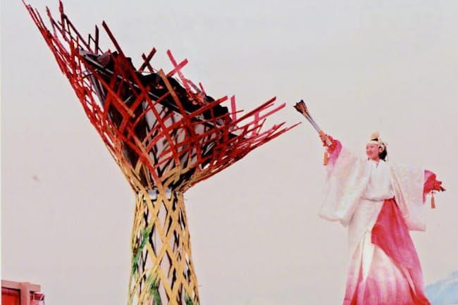 長野五輪から20年が経過し、当時の熱狂の記憶は薄れつつある(開会式で聖火に点火する伊藤みどりさん)