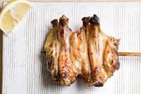 人気の1本「手羽先」 皮目はカリッと香ばしく、肉のうまみが強い