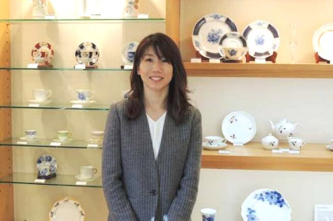創業100年に迫る伝統を受け継ぐ大倉陶園の洋食器デザイナー、西舘弘子さん
