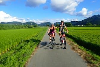 起業してすぐに「里山サイクリングツアー」を立ち上げた(美ら地球提供)